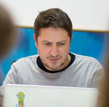 Víctor Palau trabajando en Gràffica