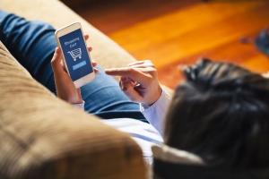 mujer consultando su teléfono móvil
