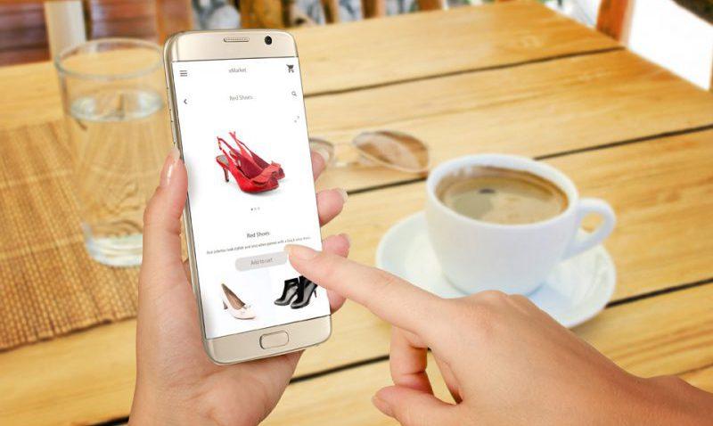 mujer comprando zapatos desde su móvil